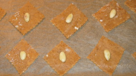 En skåldet og delt mandel plasseres midt i pepperkaken.
