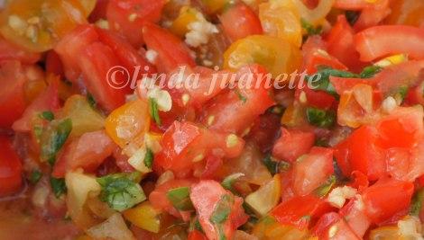 Jeg bruker ofte mikse gule og røde tomater når jeg lager Bruschetta, både for fargen og smakens skyld.