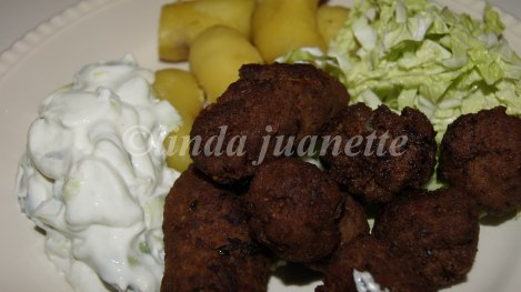 Som tilbehør til keftedes er det deilig med tzadziki. Her er de servert med potet selv om det er mye potet i Keftedesene.