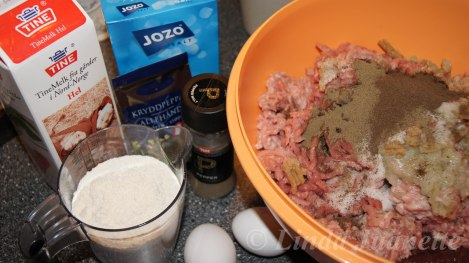 Når lever, ansjos, kjøtt, flesk og salt er kjørt gjennom kverna er det klart for å ha i de øvrige ingrediensene.