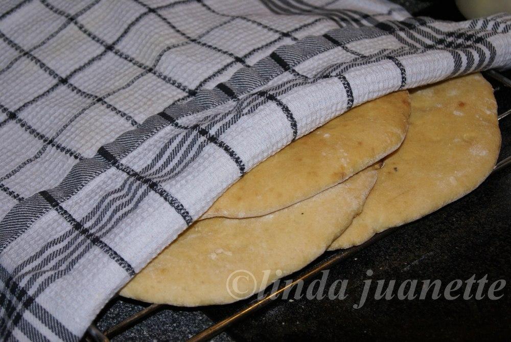 Stek lefsene gyldenbrun og legg de til avkjøling på rist, med et klede over slik at de holder seg myk. Når lefsene er avkjølt smøres de med smør, sukker og kanel.