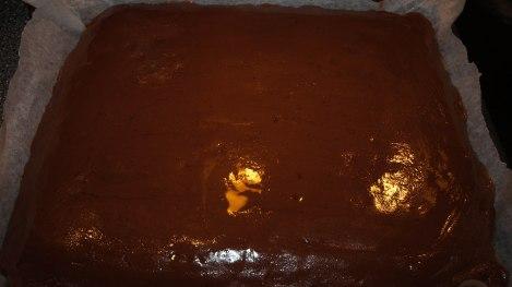 Ha glasuren på når kaken ennå er varm.