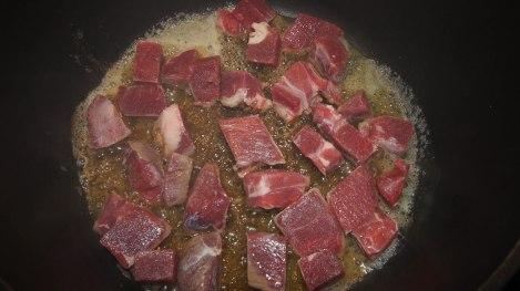 Kjøttet brunes i gryta før det øvrige has i.