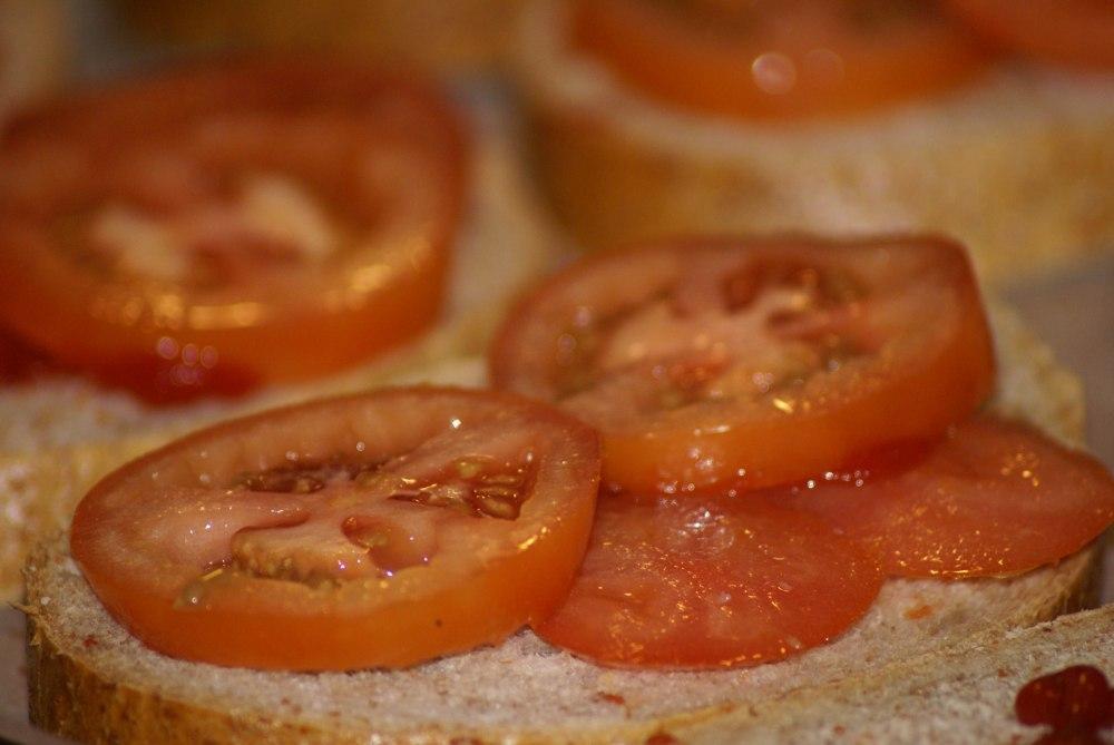 Legg på tykke skiver tomat.