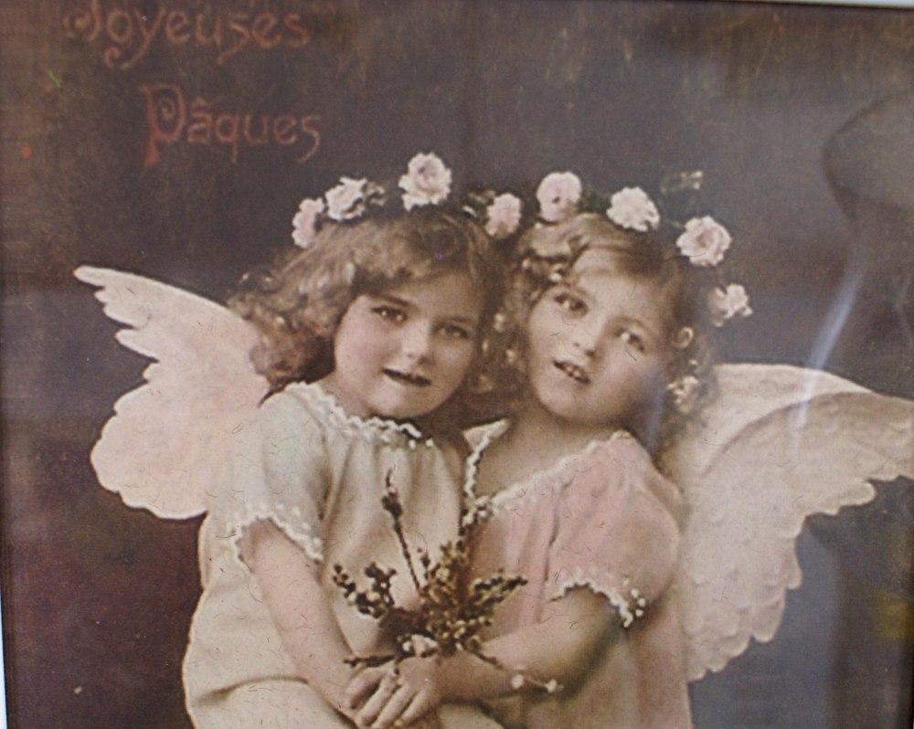 Søte engler og teksten Joyeuses Pâques, som er fransk og betyr God Påske.