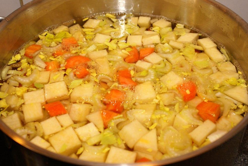 Når alt er ferdig skrellet og skjært i passende biter has det i en kjele med vann og gis et oppkok før kjøttet has i.