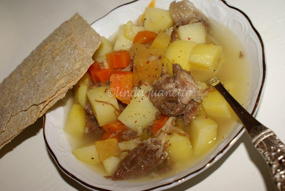 Rykende varm kjøttsuppe, servert med flatbrød. Vel bekomme!