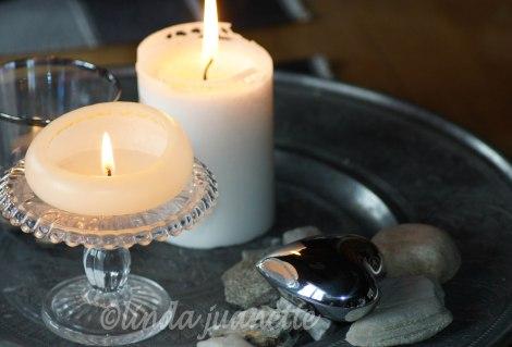 Det ble en fin kontrast på lysbrettet når sølvhjertet ble lagt på toppen av steinene.