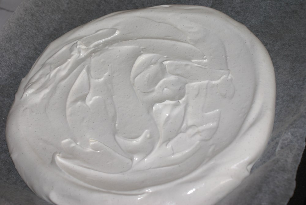 Bre marengsmassen utover bakepapiret i en diameter på cirka 26 cm.