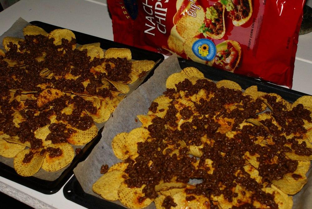 Fordel tacokjøttet over nachosen.