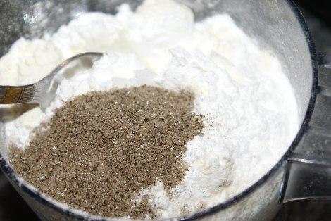 Bland vaniljesukker og bakepulver sammen med hvetemel før det has i deigen.