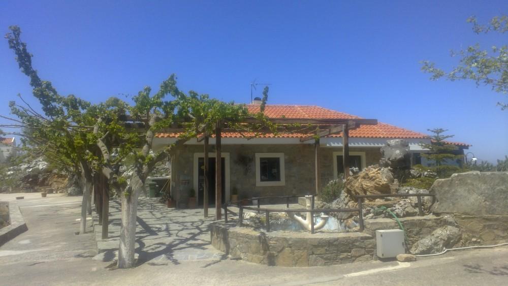 Restaurant på fjellet ovenfor Anogia (Enkenes by). Her serveres en lokal spesialitet som de fastboende på Kreta elsker; spagetti med irevet ost - og osten er selvfølgelig laget av lokale produsenter. Restauranten ligger i tilknytning til et spasenter.
