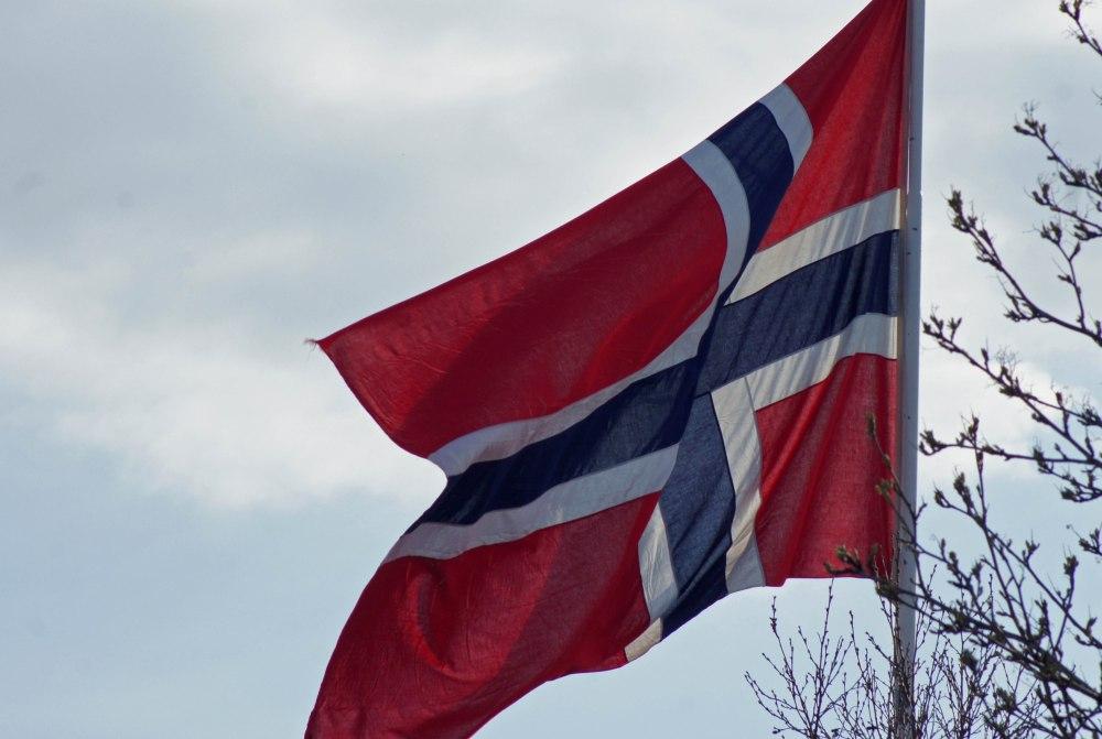 En festdag og flagget vaier lett i vinden.