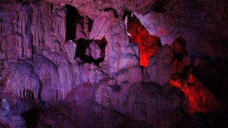 Vakker lyssetting og svært publikumsvennlig i Sfendoni cave.
