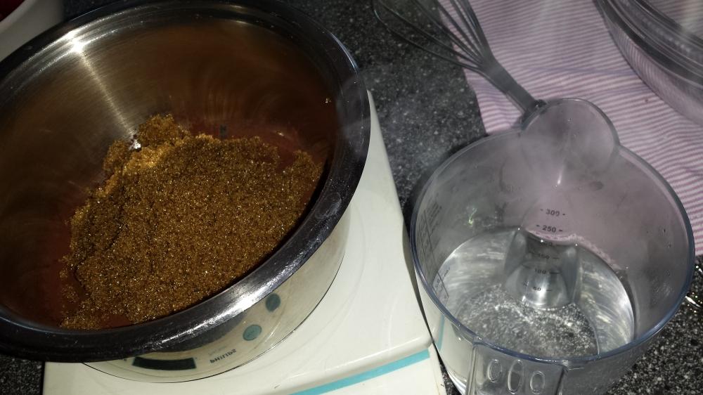 Tilsett kokende vann i kakaoblandingen.