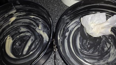 Smør to kakeformer på 20 cm i diameter.