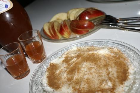Eple med yoghurt og kanel passer også godt til den kretiske snapsen laget på raki og kanel.