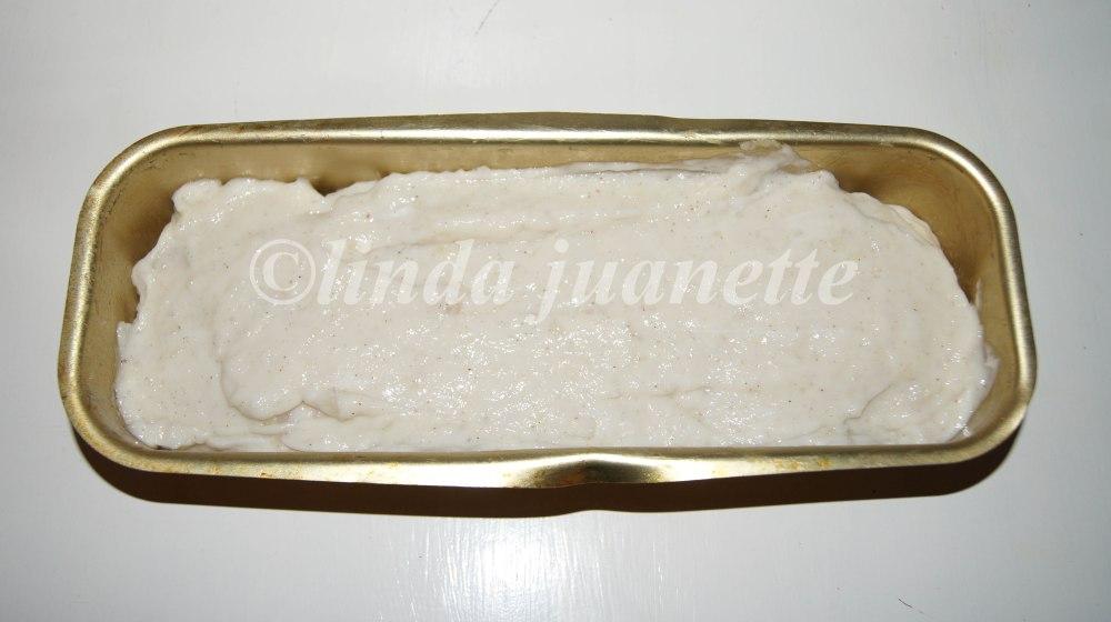 Her har jeg fylt en brødform som rommer 1,5 liter med fiskepudding og nå er den klar for å steikes i vannbad.