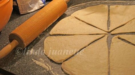 Skjær den runde leiven i åtte trekanter.