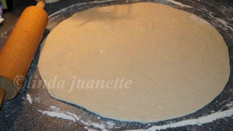 Kjevle en rund leiv, mellom 0,5 - 1 cm i tykkelse. Jo større diameter dess bedre å arbeide med når man skal fylle og rulle sammen hornene.