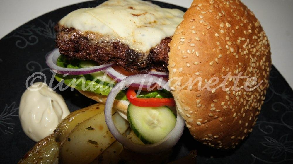 Mmmm, herlig godt med heimelaga hamburger og tilbehør :-)