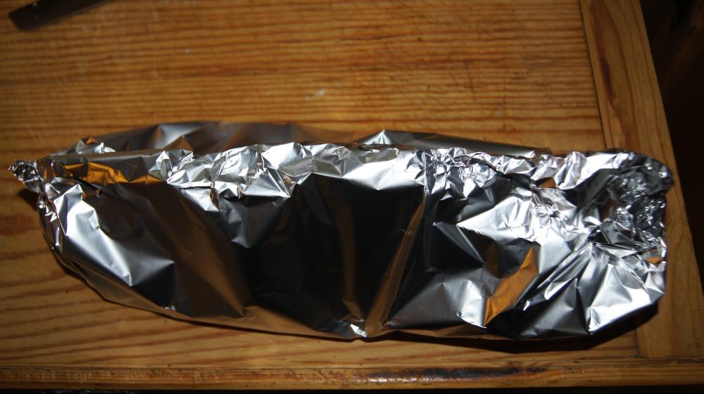 Bakk laksen inn i folien og sjekk at alle åpninger er lukket slik at ikke damp kommer ut.