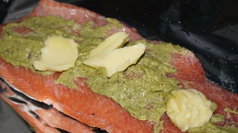 En flott laksefilet i steikefolie med pesto og smør.