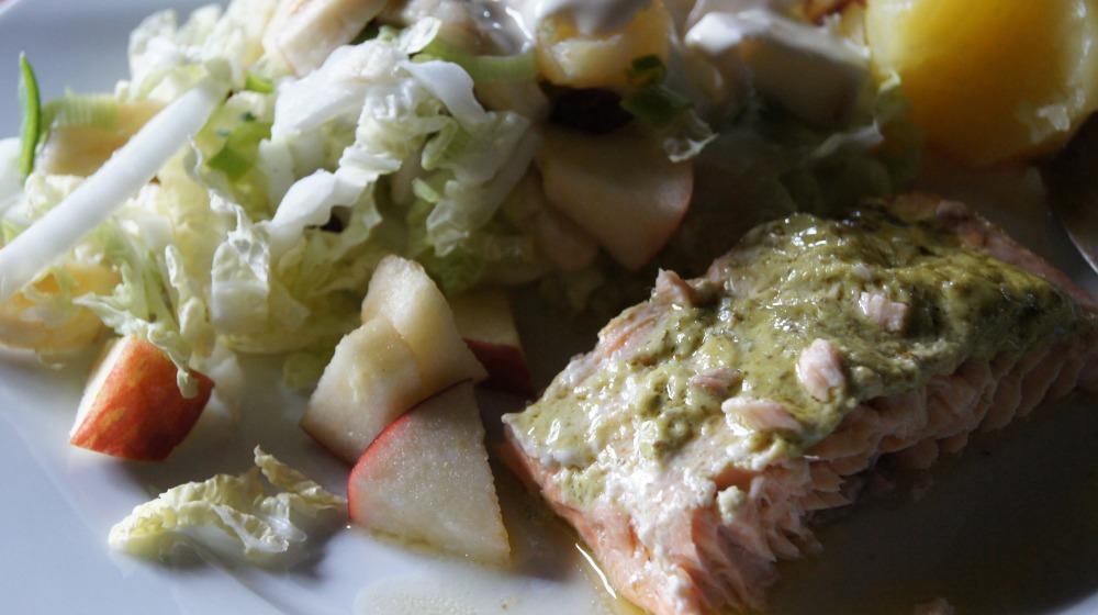 Ovnsbakt laks med pesto og en enkel fruktsalat - mmm...nytelse i hver munnfull :-)