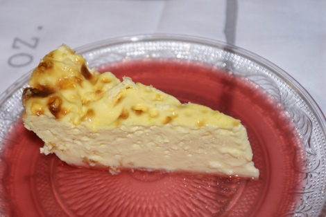 Råmelkspudding, eller kalvedans som mange kaller den, er en kjernesunn dessert. Smaksmessig kan den sammenlignes med karamellpudding :-)