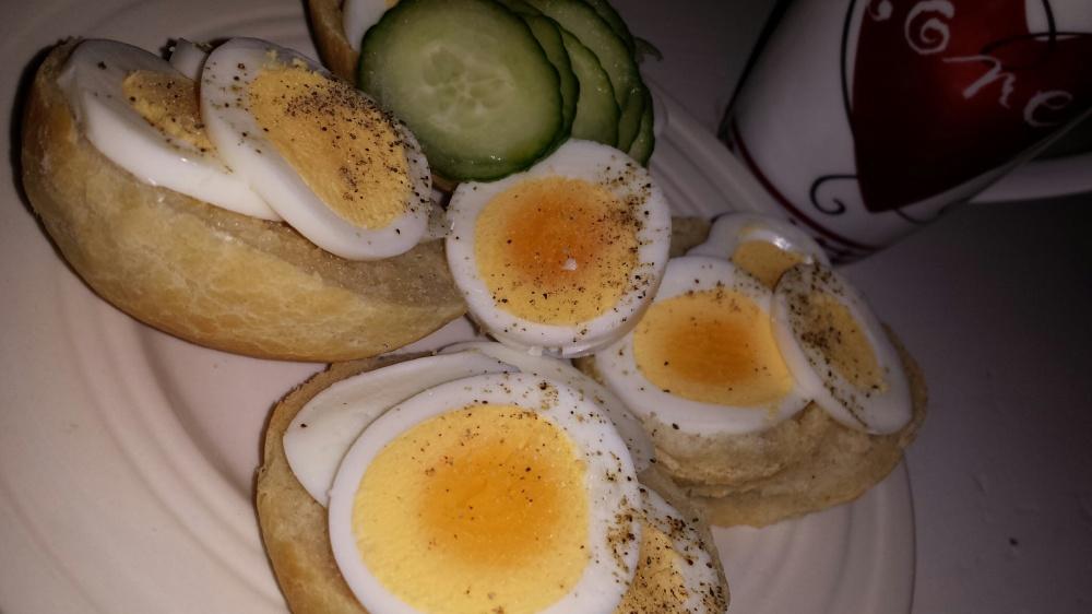 Nystekte rundstykker med kokt egg er god belønning når baksten er unnagjort :-)