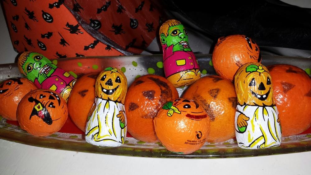Litt Halloween stasj måtte til. Klementiner ble påtegnet gresskarfjes og dandert på skålen sammen med sjokoladefigurer :-)