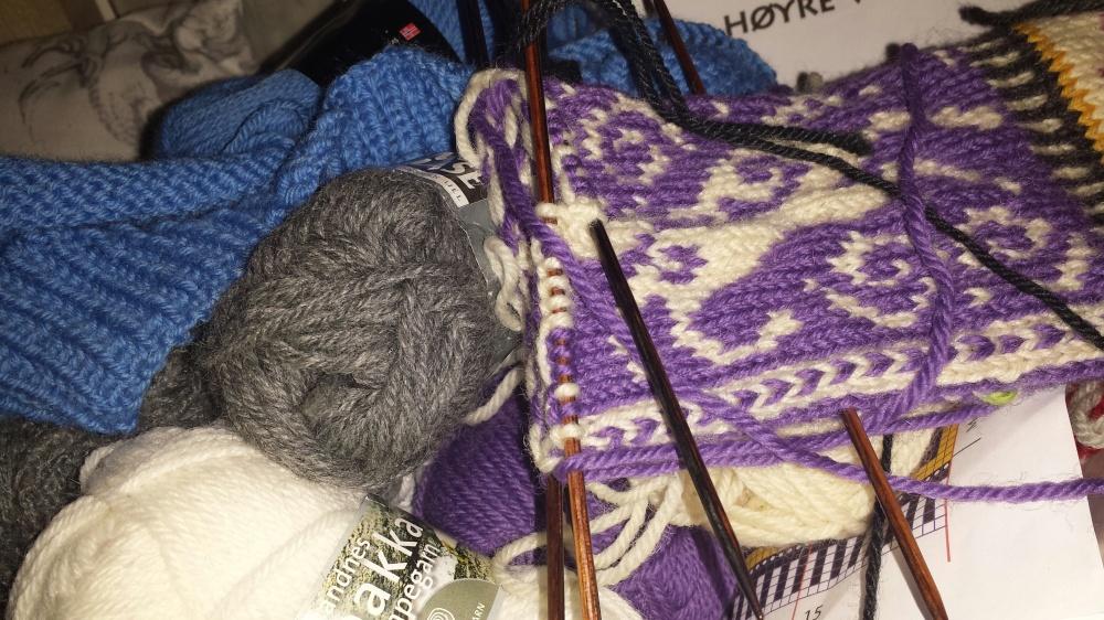 Fredagskveld og nasjonal strikkedag - og jeg er klar for å slappe av. Jeg liker forresten å ha to strikkinger i kurven min, en med mye mønster, og en uten som jeg kan strikke på når jeg ser på tv :-) Nå går det i votter med hestemønster og den blå strikkingen skal bli Mariusgenser.