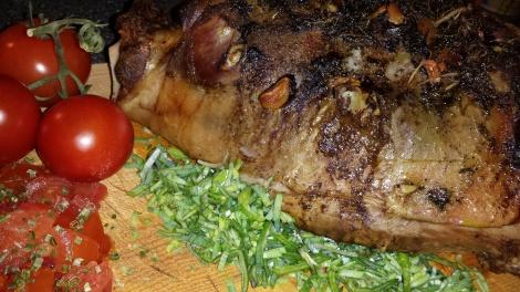 Mørt og godt lammelår som har fått langtidssteike i ovn er utrolig smakfullt og saftig.