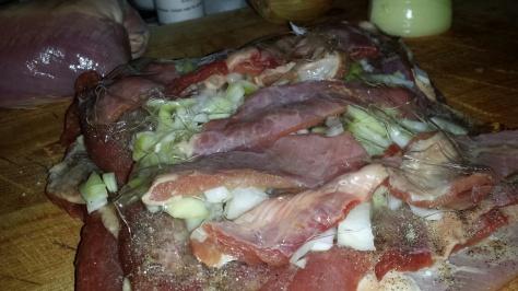 Legg på saltpeter, pepper, salt, sukker, gelatinpulver og eventuelt løk slik jeg har gjort her.