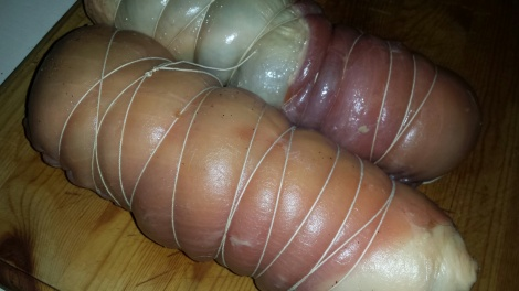 Surr bomullstråd rundt rullen slik at den beholder formen og ikke sprekker under koking.