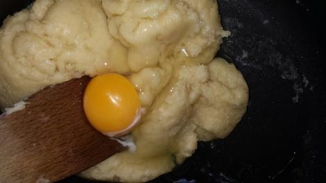Rør inn et og et egg av gangen. Når det siste egget er rørt inn røres det minst mulig i den.