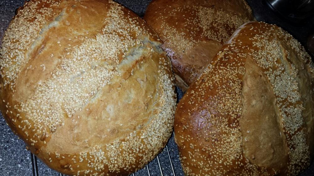 La de ferdigstekte brødene avkjøle på rist.