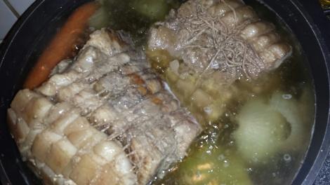 Kok opp lettsaltet vann med en gulrot og en løk skjært i to, og la rullen trekke i vannet for 1- 1 1/2 time.