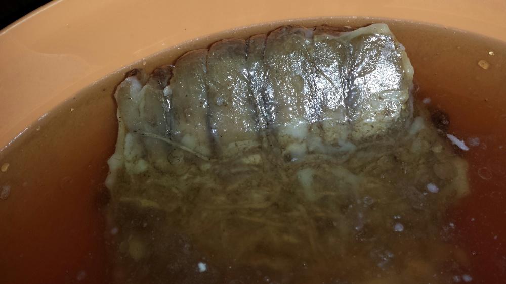 Når rullen er ferdig presset legges den i saltlake. Her skal den ligge i 5-6 dager. Etter det er den klar for servering :-)