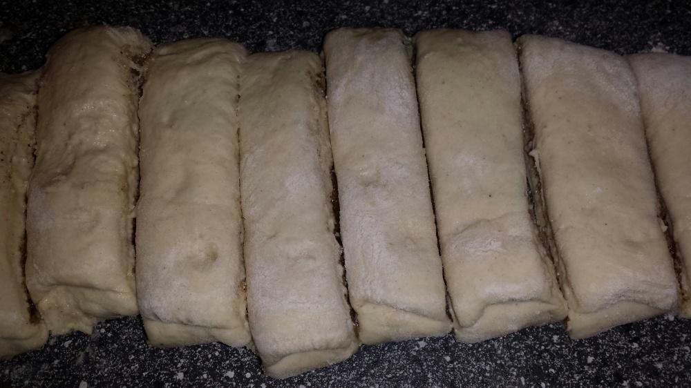 Uansett om du har brettet leiven eller rullet den sammen skjæres den i ca. 3 cm bredde.