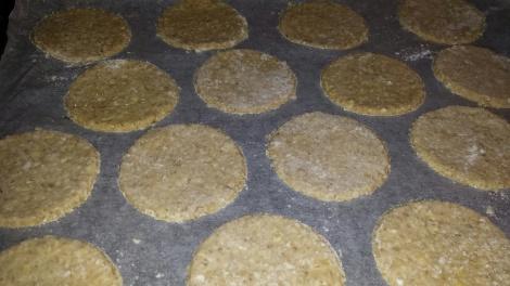 Legg kjeksene på bakepapirkledt steikebrett.