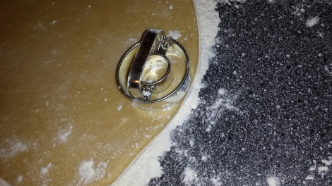 Stikk ut deigen med smultringjern. Har du ikke det kan du rulle deigen til blyanttykk størrelse, kutt passe lengde og form til rund smultring.