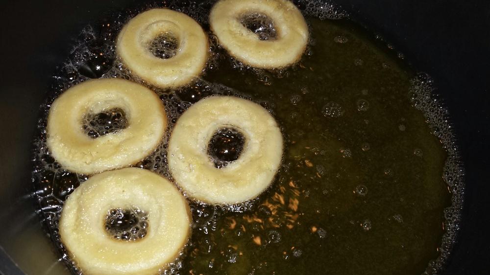 Pass på at de ikke blir kokt for lenge, da blir de tørr. Er smultgryta for varm kan smultringene bare bli stekt bare utenpå og rå inni. Er du usikker på om du har riktig temperatur kan du bruke steketermometer, fettet skal være rundt 80 grader. Gjerne kok en smultring først slik at du kan sjekke at den er gjennomkokt før du koker resten.