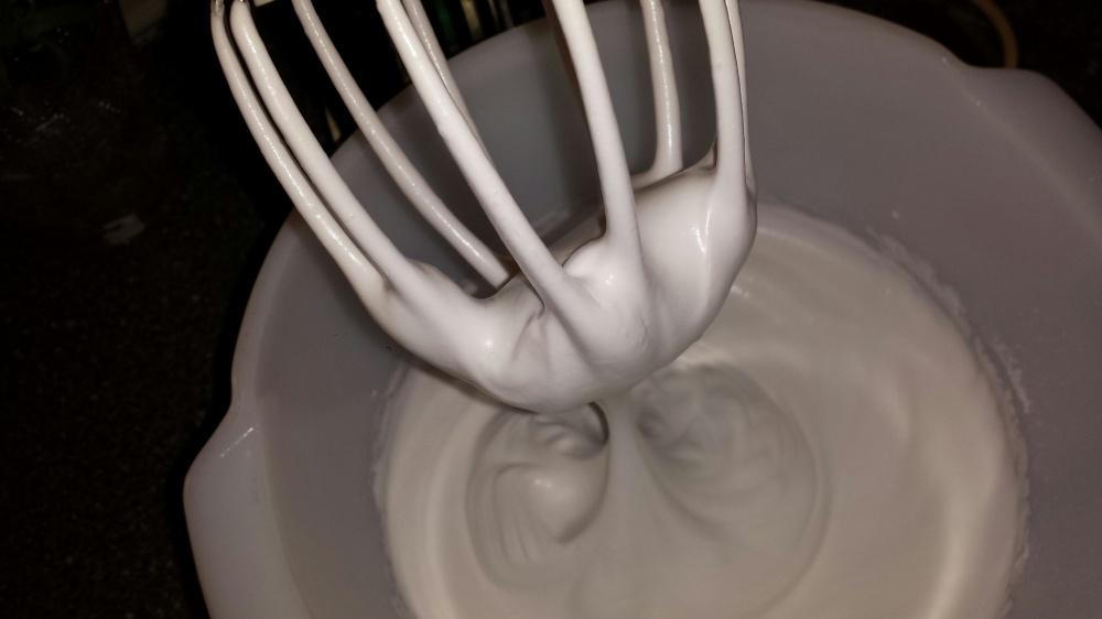 Når eggehvitene er stivpisket skal den være så stiv at bollen kan snus på hodet uten at noe renner :-)