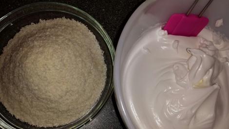 Nå skal kokosmassen has i de stivpiskede eggehvitene.