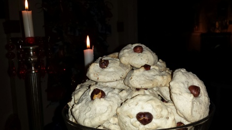 En stor haug nøttekyss klar for å innta kakebordet til jul.