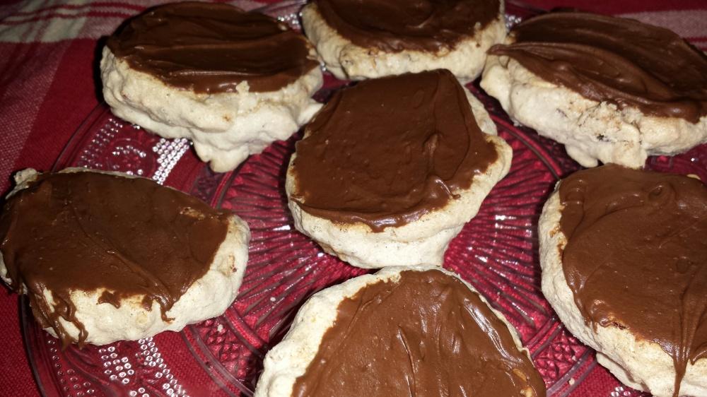 Dypp undersiden av nøttekyssene i sjokolade og snu de først når sjokoladen har stivnet.