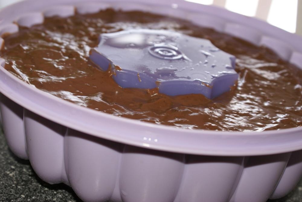 Ha sjokoladepuddingen i en form og la den avkjøle.