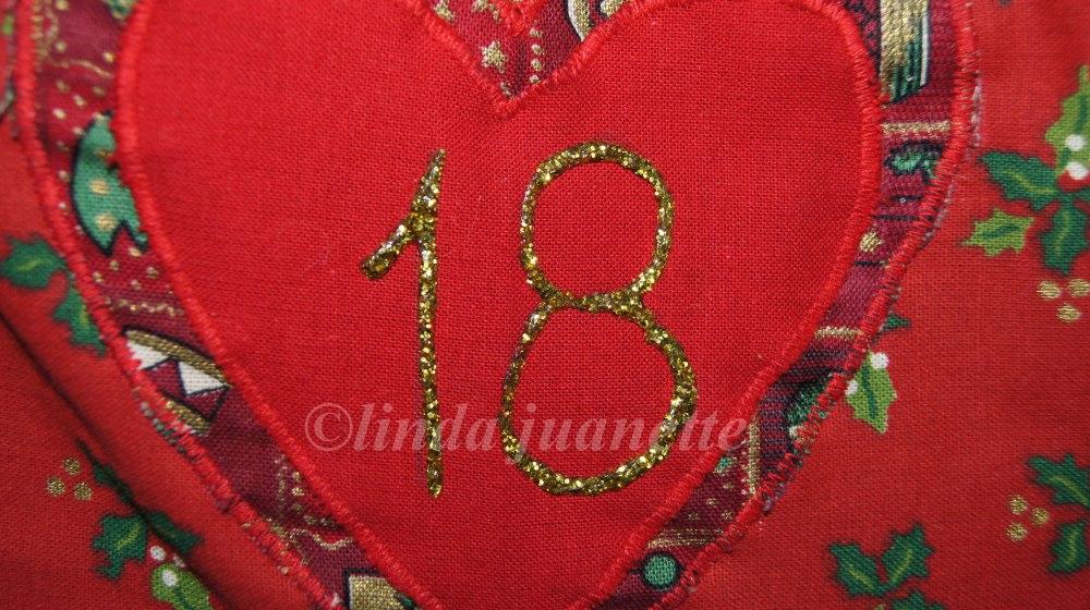 Når kalenderen er ferdig sydd bruker du tekstillim med glitter for å lage tall. Her har jeg brukt gullfarget tekstillim.