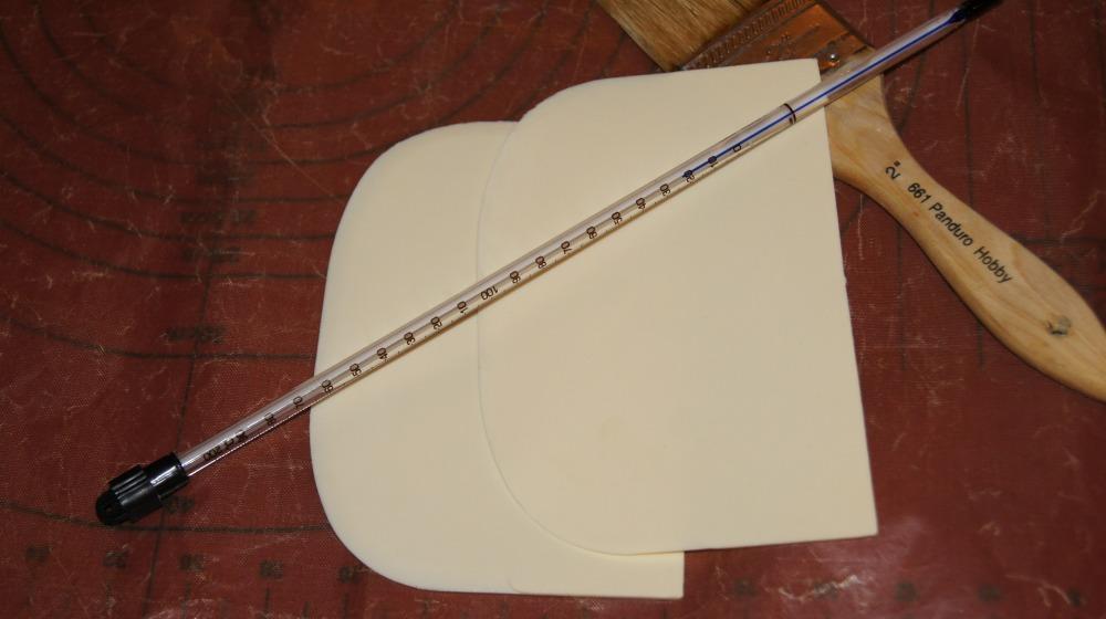 Varmebestandige deigskraper, teflonmatte, pensel og termometer er viktige redskaper når man skal koke drops. I tillegg trenger man også en saks og en tykkbunnet kjele.